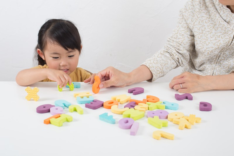 crianca-com-alfabeto-em-ingles