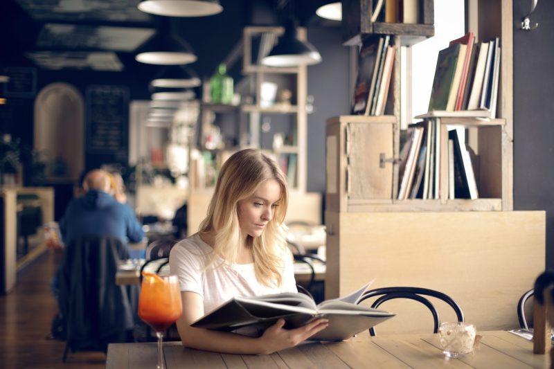 mulher loira lendo textos em ingles