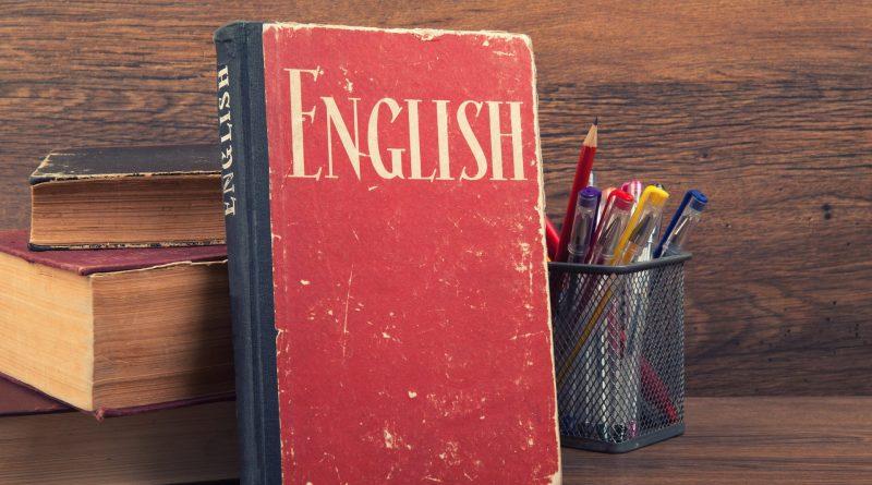 Livro de inglês antigo sobre mesa de madeira