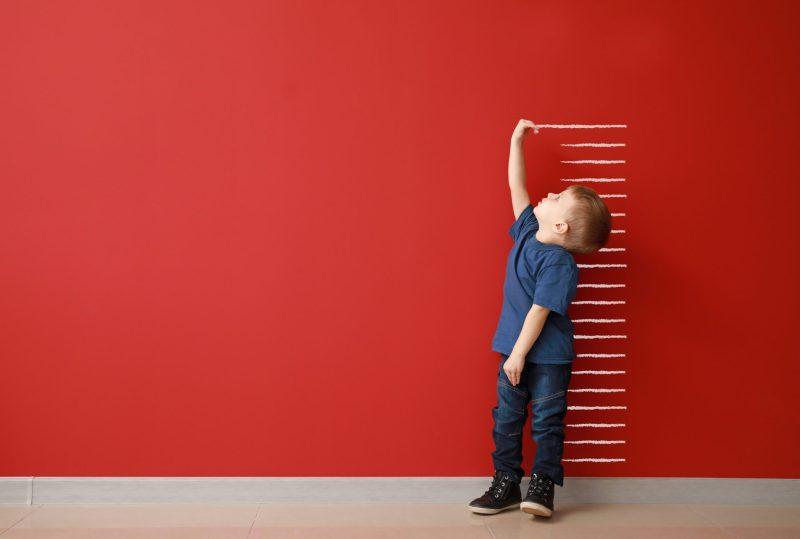 menino medindo a altura em ingles