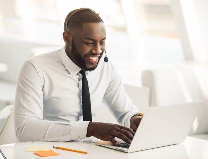homem estudando ingles online com Cambly Business