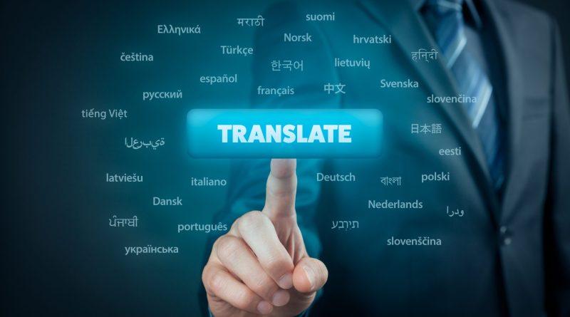 """Homem indicando a palavra em inglês """"translate"""""""