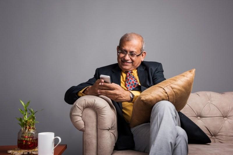 homem aprende a como melhorar seu Ingles pelo celular com cambly