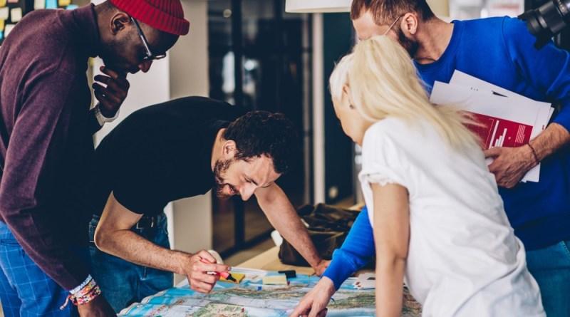 jovens estudam Termos sobre Geografia em ingles com cambly