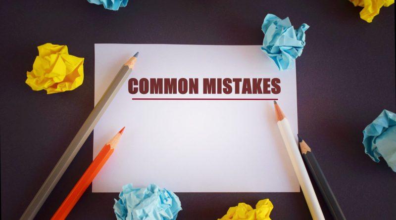 """Folha em branco com a frase """"common mistakes"""" escrita, tradução para erros gramaticais em inglês"""