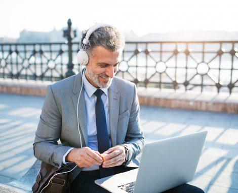 homem_em_viagem_de_negocios_praticando_inglês_com_o_Cambly_no_computador
