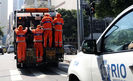 Garis são vistos em estribos de caminhão de coleta (Fabio Motta/Estadão)
