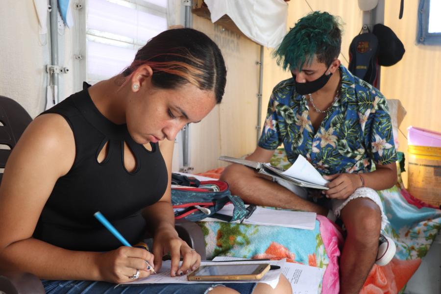 Os jovens venezuelanos Amy e Anthony estudam em sua unidade habitacional no centro de interiorização Rondon 2 em Boa Vista, Roraima