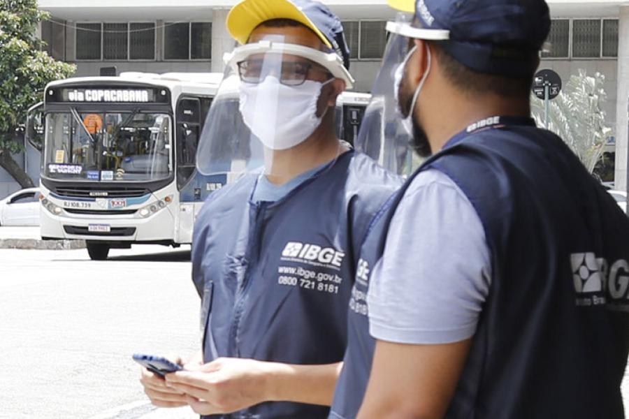 trabalhadores do IBGE realizam o censo com máscaras