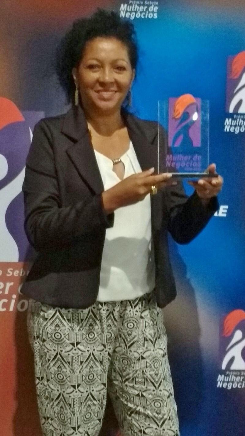 Troféu ouro Prêmio Sebrae Mulher de Negócios (MEI)