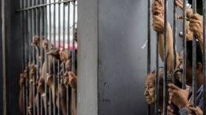 Parentes aguardam informações após uma rebelião que terminou em quatro mortes na Cadeia Pública Raimundo Vidal Pessoa, em Manaus, no Amazonas - AFP