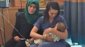 O amor que vence barreiras! Enfermeira judia comove ao amamentar bebê palestino que tinha mãe internada