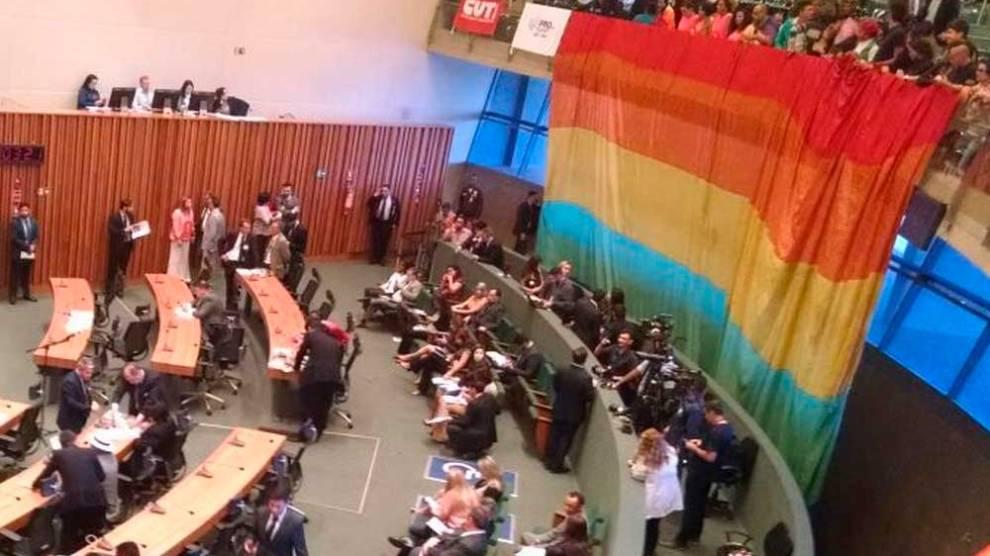 Após decreto que derrubou lei anti-homofobia, grupo LGBT protesta na Câmara do DF