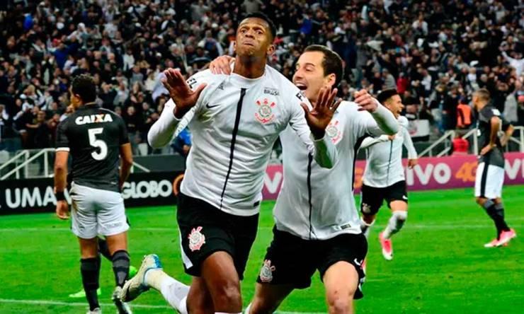 Corinthians vence Botafogo e abre sete pontos na liderança