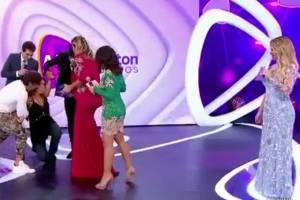 Grávida, Patrícia Abravanel leva tombo no palco ao vivo