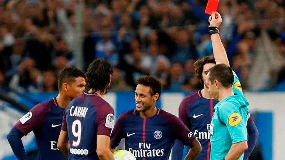 Neymar marca, é expulso, mas PSG arranca empate no fim graças a Cavani