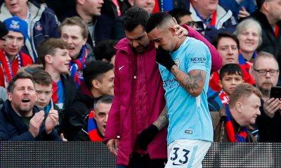 Gabriel Jesus se lesiona sozinho e sai de campo chorando em jogo do City