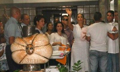 Quatro dias após parto de gêmeas, Ivete Sangalo deixa hospital em Salvador