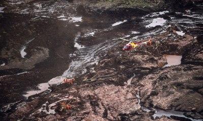 Equipes de busca procuram por 300 desaparecidos no rompimento da barragem de Brumadinho, Minas Gerais.