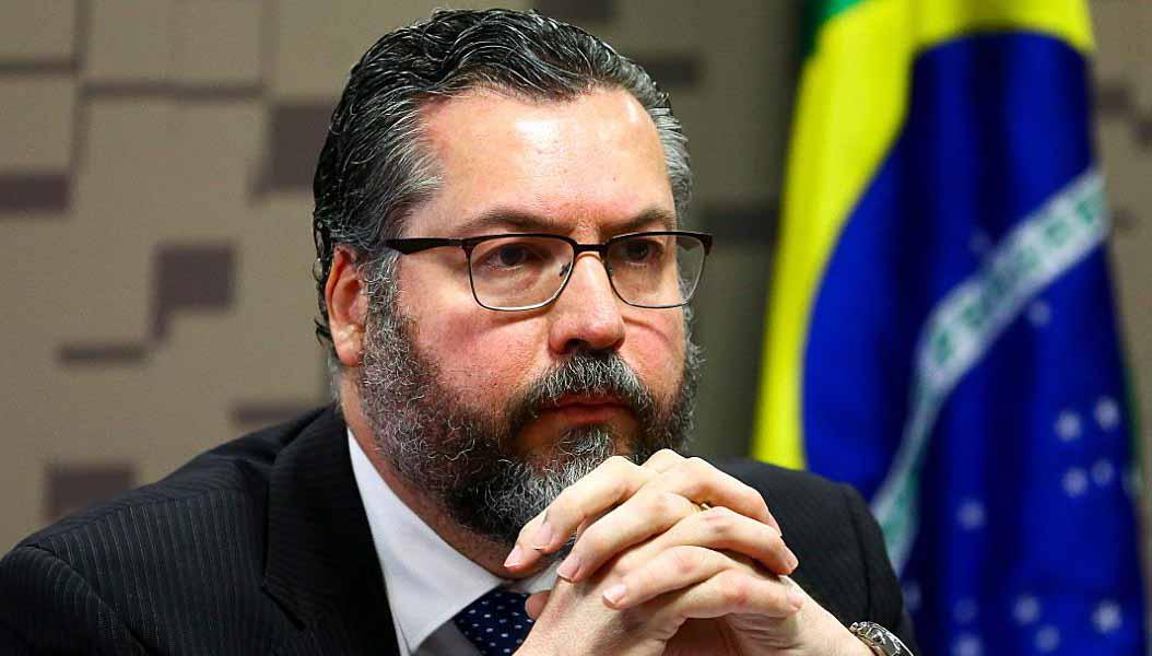 """Ao vivo: Presidente da CPI a Ernesto Araújo: """"O senhor está mentindo. Não faça isso!"""""""