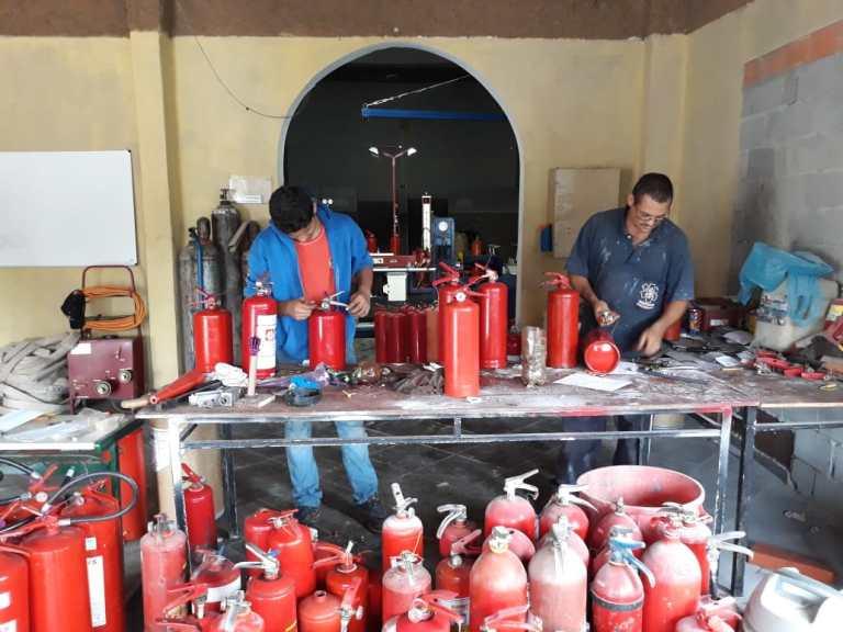 Instalação de mangueiras de incêndio em São Paulo