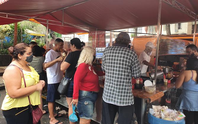 La tradición de tomar pastel de feira y caldo de cana en Brasil
