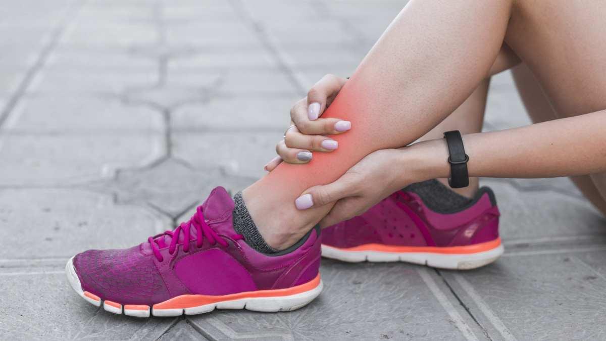 Como cuidar de uma torção no pé durante uma prova?
