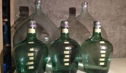 Les trois petites bonbonnes de verre propres et customisées