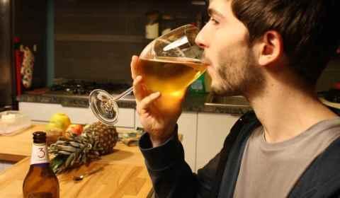 La photo de présentation du Brasseur du Vallon, un verre en cristal à la main lors d'un voyage à Milan