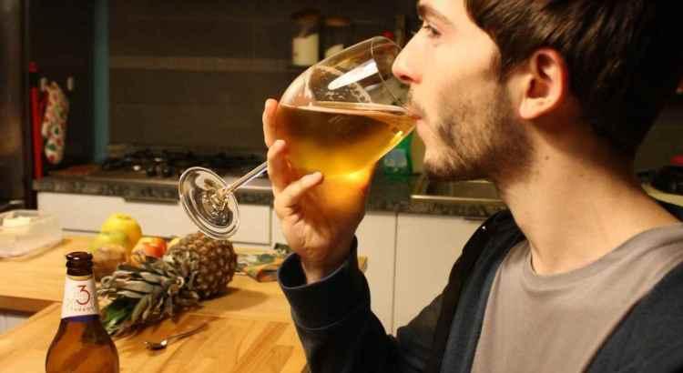 La photo de présentation du Brasseur du Vallon, un verre en crystal à la main lors d'un voyage à Milan