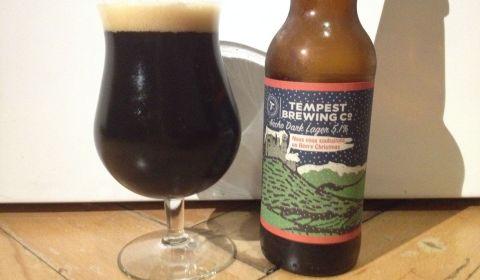 Ancho Dark Lager par Tempest Brewing Co, une bière au piment à la belle robe noir goudron et au packaging stylé - Dégustation BeeryChristmas