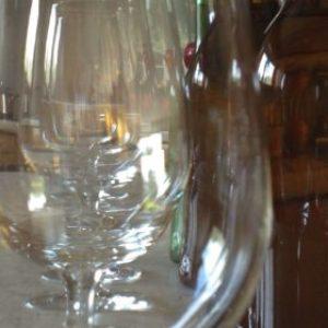 Verres à vin et bouteilles - image d'illustration dégustation d'hydromel