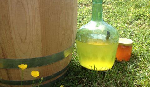 Hydromel miel et fleurs devant un tonneau en bois de chataigner - la Brasserie du Vallon