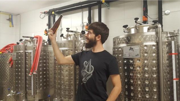 Photo du brasseur du Vallon, Quentin MANGEL à Mulhouse dans une micro-brasserie artisanale