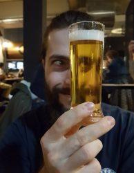 Petite bière limpide sur fond de brasseur heureux - Brasserie du Vallon