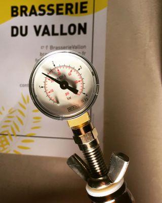 Bouchon manométrique, mesure pression bouteille bière crue embouteillée récemment - Expérience brassage de bière crue à l'ancienne technique médiévale raw ale - Brasserie du Vallon