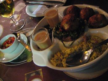 """""""Um, dois, feijão com arroz"""": ótimo bolunho de arroz com calabresa e queijo. Feijão cru, da decoração, foi para o prato"""