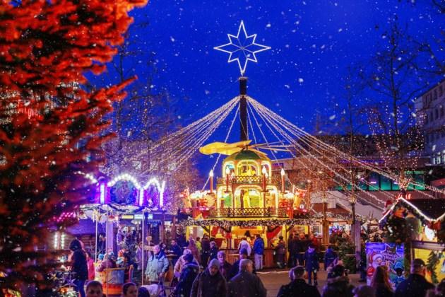 Man sieht eine große beleuchtete Weihnachtspyramide auf dem Weihnachtsmarkt in Wolfsburg