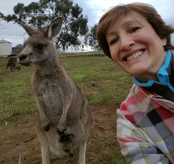 Sônia Bridi tira uma selfie com o canguru na Tasmânia(1)