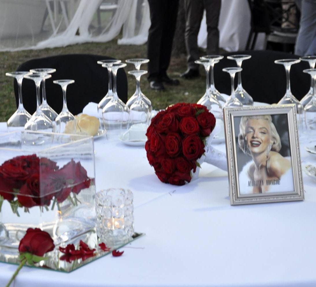 Montaje de mesa blanco y negro