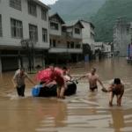 產婦遇洪水以飄浮輪胎分娩 水深2米驚險萬狀