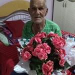 聖保羅州一老人被指偷花委屈大哭 四方好心人為他送花