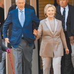 現年75歲的美國前總統柯林頓(左)疑似因敗血症的血液感染,而進入加護病房接受治療。