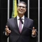 Além do tempo presente: Francisco Júnior faz  lançamento de livro