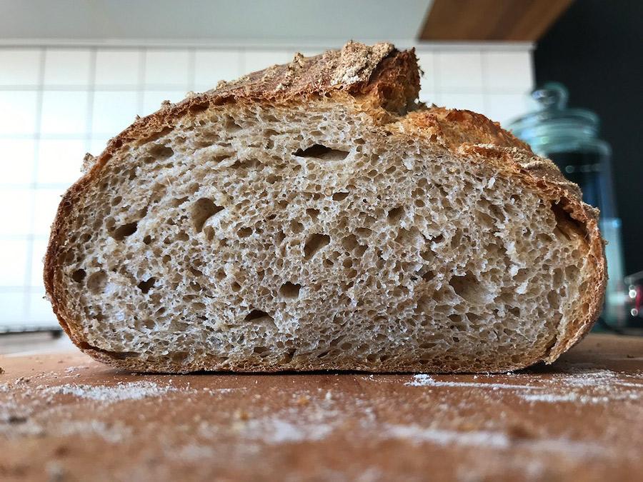 Fotografie cu miezul pâinii Vermont Sourdough la care am greșit rețeta și am pus secară în loc de făină integrală de grâu