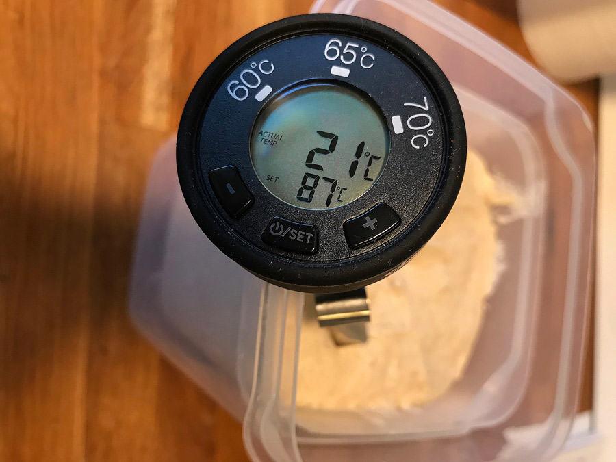 Temperatura aluatului a fost de 21ºC după ce a stat la autoliză în frigider. Imaginea reprezintă cadranul termometrului digital cu care am măsurat temperatura.