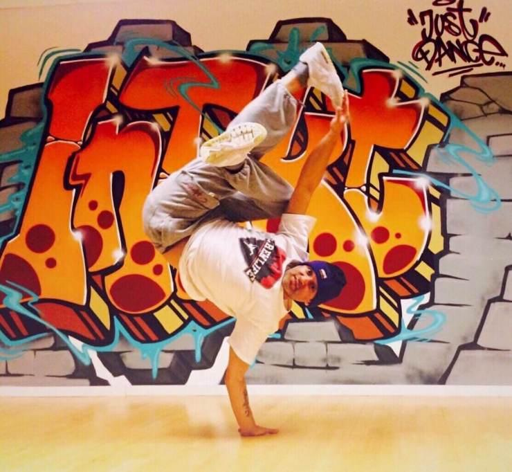Breaking Arts Love freeze airfreeze signaturefreeze Pose ruffbrawl sascha Stollenwerk Aachen Köln nrw deutschland Tanzstudio intakt madcity chroreography Dance Tanz Akrobatik Breakdance Show Handstand