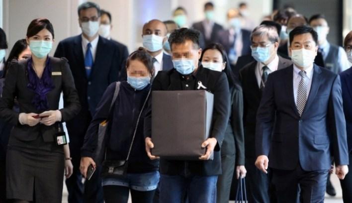 锺爸爸和锺妈妈今天上午8时30分,带著爱女骨灰,从台湾飞到吉隆坡,再转机到古晋,搭5点半的飞机回到诗巫家乡。