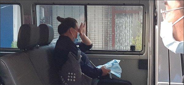 钟筱玲的父母今晨7时50分来到灵堂,看到媒体大阵仗等候,略显迟疑,在车上待了一会儿。母亲在车上频频拭泪,丈夫则不时轻抚。