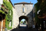 La bastide de Monpazier avec l'entrée de la ville qui forme une arche